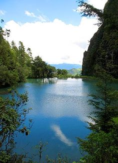 Esta preciosa laguna se encuentra a una altura aproximada de 3,200 metros sobre el nivel del mar en el departamento de Huehuetenango.    Su clima fresco y la paz de un entorno aislado de bullicio y ruido de la ciudad la convierten en todo un santuario natural.