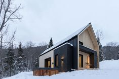 Eine Mischung aus Rustikal und Modern bietet sich Besuchern im östlichen Quebec. Cargo Architecture hat mit der Villa Boréale in Charlevoix ein sehr kompak