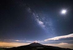 Milky way over the Popocatepetl with moon by Cristobal Garciaferro Rubio on 500px