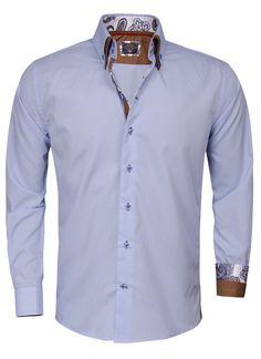 Lichtblauw Italiaans overhemd van Arya Boy. Het slimfit overhemd is gemaakt van 80% katoen en 20% polyester. Op het overhemd met hoge kraag is een bewerkt patroon in de binnenzijde van de kraag aangebracht. Dit heren shirt met transparante blauwe knopen is afgewerkt met een 3-knoops sluiting, een verstevigd manchet en een bruine dubbele kraag.