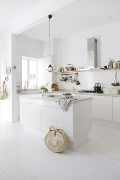 Witte basic keuken met kookeiland | White basic kitchen with cooking island | vtwonen 02-2018 | Fotografie Jeltje Fotografie #kitchenislands