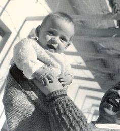 ΔΗΜΟΤΙΚΟ ΒΡΕΦΟΚΟΜΕΙΟ ΑΘΗΝΩΝ, 1947-1950. ΕΝΑΣ ΠΙΤΣΙΡΙΚΑΣ ΧΑΙΡΕΤΑΙ ΤΟΝ ΗΛΙΟ ΚΑΙ ΤΟ ΠΑΙΧΝΙΔΙ ΑΠΟ ΝΟΣΟΚΟΜΑ - ΦΩΤΟΓΡΑΦΙΑ ΒΟΥΛΑ ΠΑΠΑΙΩΑΝΝΟΥ