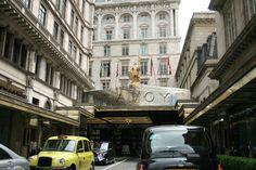{   Entrada al hotel Savoy, en pleno Strand. Dentro puedes tomar uno de los afternoon tea más ricos de Londres, en su Thames Foyer que es un salón alucinante de bonito, mientras oyes como tocan el piano  www.unblogyunparaguasenlondres.com }