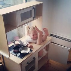 Little girl, this is not the way to use sink