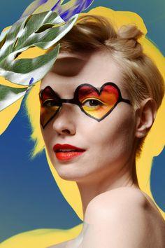 「超」吸睛 太陽眼鏡從來都是潮人恩物,既能極速遮蓋「殘樣」,又可輕易為一身打扮增添型格。不過平凡人如我,「戴超」就真的只為了遮太陽。以下這兩副「超」比較特別,純粹「得個睇字」,沒有任何功能,所以千萬不要戴出街!
