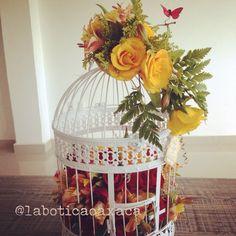 Jaula con diseño floral para aniversario.