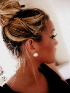 Big bun, Big eyelashes, And her hair color. My Hairstyle, Pretty Hairstyles, Beauty Hacks, Beauty Tips, Hair Beauty, Beauty Products, Love Hair, Gorgeous Hair, Big Eyelashes