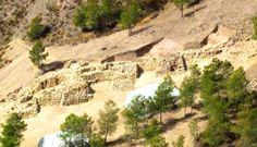 Sistema de fortificación de hace 4.200 años único en Europa hallado en el yacimiento de La Bastida.  Se trata de muros de dos a tres metros de grosor en los que se intercalan torres de unos cuatro metros de lado. Es una construcción pensada para la guerra. Destaca en ella un arco apuntado que remata una puerta secundaria a la entrada. Estos arcos eran propios de civilizaciones orientales, por los que se cree que la gente de Oriente participó en su construcción. (Totana, Murcia)