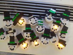 Beeldende vorming: Koop elektrische waxinelichtjes en versier deze met een hoed, ogen en een mond voor prachtige sneeuwpoppen! :)