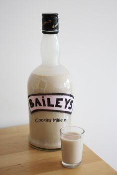 One of my friends loves the Baileys and I promised to make it for her birthday. So I looked for a recipe and I came across that of Chic Chic Chocolat which I immediately liked. So now no more excuses for not trying … Cocktails Vodka, Healthy Cocktails, Non Alcoholic Drinks, Holiday Cocktails, Fun Drinks, Homemade Baileys, Vegetable Drinks, Slushies, Pina Colada