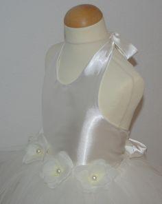 Dit is Donna. Een wijde tutu rok van veel stroken tule met een losse wikkeltop van satijn. Deze is er in de maten 92, 104, 116, 128, 140 en 152. Ook andere kleuren, stoffen en bloemen zijn mogelijk. Dit is een fantastische jurk voor een bruidsmeisje of voor communie. Corrie's bruidskindermode voor feestkleding voor kinderen in alle leeftijden. Trouwen, bruiloft, communiejurk, bruidskinderen, bruidsmeisje, ringenkussentjes, doopjurk, doopkleding. bruidskindermode.nl