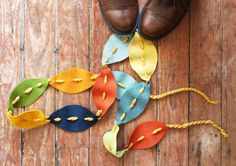 DIY Fall Garland Idea for Kids. These easy Fall Garland crafts are great for Fall and Thanksgiving decor. Fall Leaf Garland, Diy Garland, Fabric Garland, Autumn Crafts, Fall Crafts For Kids, Diy Autumn, Kids Crafts, Felt Leaves, Felt Diy