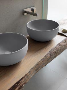 Moderne-strak-grijze-waskommen-op-stoer-houten-blad