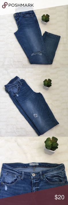 """Guess Skinny Jeans Guess skinny jeans. Distress. Size 28. Rise: 9"""" Inseam: 26"""" 🌷No trades. 🌷No model. Guess Jeans Skinny"""