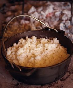 There are three principles to making putu pap successfully, say Jan Braai. They are managing the ration of water to maize meal, building an iceberg and using a two-tined fork. South African Dishes, South African Recipes, Africa Recipes, Braai Recipes, Cooking Recipes, Skillet Recipes, Flour Recipes, Vegetarian Recipes, Pap Recipe