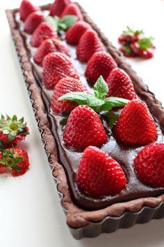 Chocolate Tart with chocolate ganache and strawberries - Crostata al cacao con ganache al cioccolato e fragole Chocolate Desserts, Fun Desserts, Dessert Recipes, Chocolate Ganache, Tart Recipes, Sweet Recipes, Strawberry Desserts, Sweet Tarts, Cake Cookies