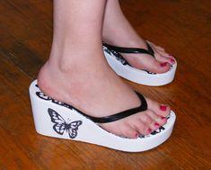 Slim Fit Jeans für Damen - Famous Last Words Shoes Flats Sandals, Sexy Sandals, Sexy Heels, Women Sandals, Platform Flip Flops, Wedge Flip Flops, Flip Flop Shoes, Wedding Flip Flops, Womens Flip Flops