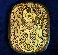 Représentation du dieu nordique Tyr, connu pour avoir enchainé le loup Fenrir en sacrifiant sa main.  On vois sur le bouclier en dessous la représentation de la rune Tyr qui représente la détermination et l'atteinte des objectifs.