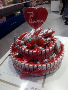 Duldi Algeciras dedica esta tarta a los adictos a Kinder. Chocolate Gifts, Chocolate Chip Cookies, Chocolate Cake, Bar A Bonbon, Farm Cake, Candy Art, Candy Cakes, Chocolate Bouquet, Candy Bouquet