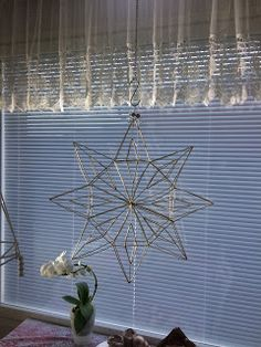 Innostu-Onnistut: Tähti iso - OHJE Christmas Crafts, Xmas, Christmas Ideas, Chandelier, Ceiling Lights, Ornaments, Flowers, Helmet, Home Decor