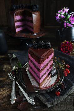 Chocolate - blackberry cake with ganache and biscuit - tongue circ .- Schoko – Brombeertorte mit Ganache und Biskuit – Zungenzirkus Beautiful cake with chocolate and blackberries. Beef Pies, Mince Pies, Food Cakes, Chocolates, Torte Au Chocolat, Brownie Oreo, Red Wine Gravy, Blackberry Cake, Blackberry Cheesecake