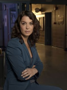 Annabella Sciorra as Carolyn Barek on Law & Order: Criminal Intent Kathryn Erbe, Logan, Annabella Sciorra, Chris Noth, Alicia Witt, Law And Order, Show Photos, Beautiful Actresses, Most Beautiful Women