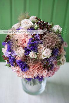 Персиковый свадебный букет с сиреневой гвоздикой и коричневыми ягодами