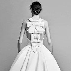 Fresh off our instagram feed: Ainda na vibe #bridal: coleção e shooting elegantérrimos de @viktor_and_rolf! A primeira coleção de vestidos de noiva da dupla – que é conhecida por looks extravagantes e de relação com a arte- foi lançada esse mês, na última edição do #bridalfashionweek. Os look são de arrancar suspiros!! #trend247 #inspire #trend #viktorandrolf #viktor&rolf #bride #noiva #casamento #bridalstyle #bridaldress #vestidodenoiva #weddingdress  #vestidodecasamento #consultoria…