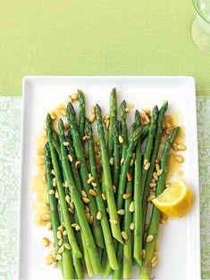 Asperges et pignons au beurre - Châtelaine Vegetable Recipes, Asparagus, Meals, Vegetables, Food, Drinks, Meal Ideas, Cooking Food, Side Dishes