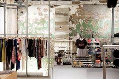 Une boutique de vêtements: Åland à Séoul http://www.vogue.fr/voyages/adresses/diaporama/guide-de-soul-adresses-restaurants-htels-bars/20260/carrousel/1/plein-ecran#une-boutique-de-vtements-land-soul
