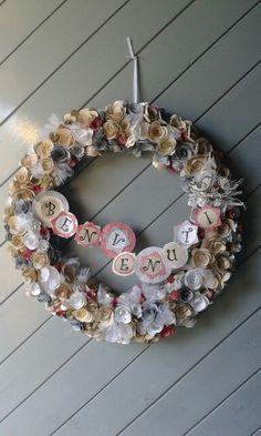 Ghirlanda primaverile con roselline di carta