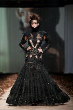 Veličanstvene haljine Matije Vuice obilježile prvu večer CAP-a Catwalk Fashion, Fashion Glamour, How To Make Clothes, Sculptural Fashion, High Collar, Red Carpet, Goth, Feminine, Cap