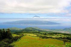Blick von der Azoreninsel Faial auf die sechs Kilometer entfernte Nachbarinsel Pico