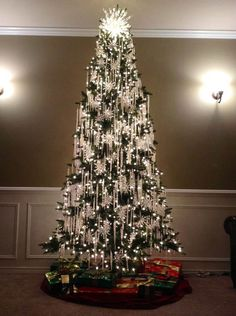 53 Awesome White Christmas Tree Decor Ideas for the Holiday Season - Creative Christmas Trees, Decoration Christmas, Beautiful Christmas Trees, Christmas Tree Themes, Noel Christmas, Xmas Decorations, Christmas Lights, Black Christmas, Christmas Ideas