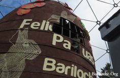 Foto de la Semana! El huevo de pascuas gigante de 9 mts. de altura se repartió en 80.000 porciones!! Una verdadera fiesta de chocolate - www.bariloche.org