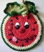 Crochet Happy Watermelon , wall deco, by Jerre Lollman No pattern Chat Crochet, Crochet Mignon, Crochet Food, Crochet Kitchen, Crochet Gifts, Crochet Potholder Patterns, Crochet Motifs, Crochet Dishcloths, Crochet Squares