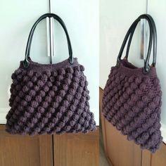 2-Borsa crochet in lana di alpaca, color melanzana, con fodera con tasca in raso nero e manico in ecopelle