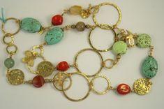 Oltre a quelle d'argento, anche le collane in pietre dure e oro piacciono molto alle donne di tutte le età. L'oro, il metallo prezioso per eccellenza, si presta alla realizzazione di tantissimi
