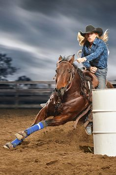 Barrel racing love it Barrel Racing Outfits, Barrel Racing Saddles, Barrel Racing Horses, Barrel Horse, Cowgirl And Horse, Horse Love, Rodeo Girls, Westerns, Rodeo Cowboys