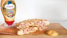 Tosti knakworst, kaas en gebakken uitjes met Calvé Broodje Unox Saus