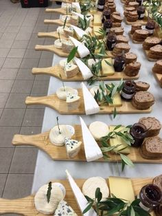Party Food Platters, Cheese Platters, Cheese Bar, Serving Platters, Charcuterie And Cheese Board, Grazing Tables, Snacks Für Party, Food Presentation, Breakfast Presentation