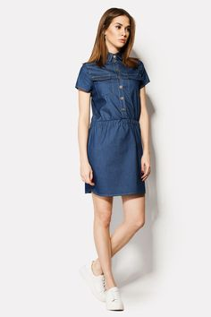 Джинсовое платье GIGI с талией, закрепленной резинкой. Платье короткое и застегивается пуговицам. Пуговицы нашиты равномерно по планке. На груди есть два кармана с клапанами, а все швы выделены контрастной нитью. Рукава короткие.