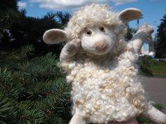 Сегодня и завтра у нас в гостях мастер Ярослава Тройнич со своими весёлыми друзьями. Большинство стали валять овечек - ну, согласитесь, какой же мастер-валяльщик без собственной овечки Овечки тоже бывают разные... темненькие... и беленькие...