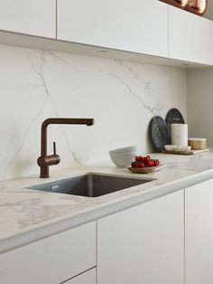 68 super ideas for kitchen marble top faucets Kitchen Marble Top, Kitchen Tiles, Kitchen Countertops, Marble Countertops, Kitchen Sink, Marble Interior, Kitchen Interior, Kitchen Decor, Interior Design