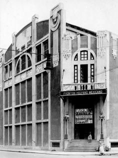"""Una imagen cercana a 1930 donde aparece el Frontón Hispano Mexicano, ubicado en la esquina de Balderas y Colón. Para 1950, esta estructura se convirtió en el Real Cinema, que más tarde formó parte de la cadena de Tele Cines y luego dio paso a una sala de Cinemex.  Imagen: """"Historia gráfica de la Ciudad de México"""" En Google Maps: https://goo.gl/maps/Ahuvsme58B62"""