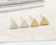 Gouden+kleine+driehoek+oorbellen+van+Alisa's+shop+op+DaWanda.com