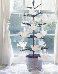 Do zrobienia samemu dekoracji na choinkę wystarczy parę kartek, nitka i nożyczki :)