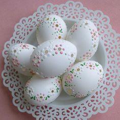 Kraslice růžovo-bílý věneček / Zboží prodejce Lea.1   Fler.cz Easter Projects, Diy Projects To Try, Easter Crafts, Egg Shell Art, Dot Art Painting, Egg Designs, Dremel, Egg Art, Egg Decorating