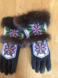 Beautiful beaded gloves Indian Beadwork, Native Beadwork, Native American Beadwork, Beaded Shoes, Beaded Moccasins, Native Beading Patterns, Native American Design, Nativity Crafts, Mitten Gloves