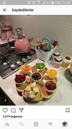 Yemek sunumu Romantic Breakfast, Turkish Breakfast, Breakfast Table Setting, Breakfast Plate, Breakfast Presentation, Food Presentation, Food Cart Design, Lunch Table, Food Decoration